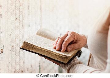 vrouw, met, bijbel