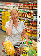 vrouw, met, boodschappenwagentje, in, de, supermarkt