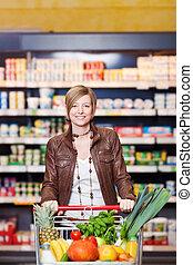 vrouw, met, boodschappenwagentje, in, supermarkt