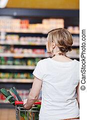 vrouw, met, boodschappenwagentje, op, supermarkt