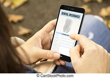 vrouw, met, dentale verzekering, telefoon, in het park