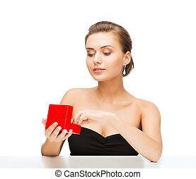 vrouw, met, diamant, hangers, en, giftdoos