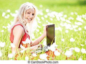 vrouw, met, een, draagbare computer