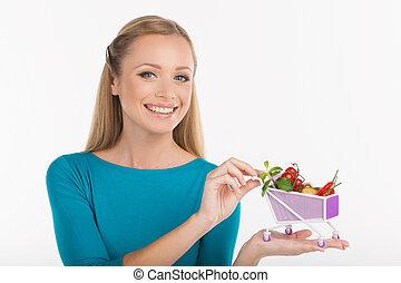 vrouw, met, een, miniatuur, shoppen , cart., vrolijk, jonge vrouw , vasthouden, miniatuur, boodschappenwagentje, volle, van, goederen, terwijl, vrijstaand, op wit