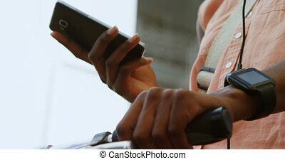 vrouw, met, fiets, gebruik, mobiele telefoon, 4k