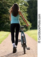 vrouw, met, fiets, op de straat