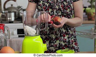 vrouw, met, fruit, in, keuken, dichtbij