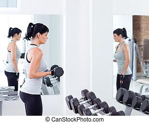 vrouw, met, gewicht training, uitrusting, op, sportende, gym