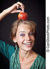 vrouw, met, gezonde teeth, en, appel op hoofd
