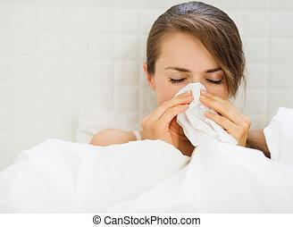 vrouw, met, griep, het leggen in het bed