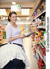 vrouw, met, het winkelen lijst, op, tablet, computer