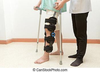 vrouw, met, knie steun, in, wandeling, opleiding,...