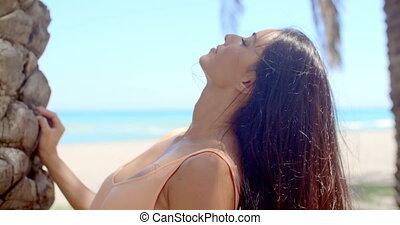 vrouw, met, lang donker haar, het kijken overheen de schouder