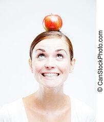 vrouw, met, rode appel, op, haar, hoofd