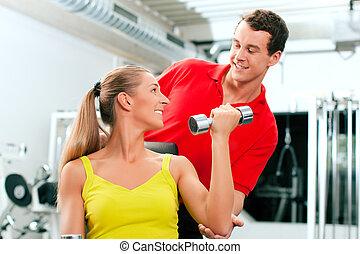 vrouw, met, trainer, en, dumbbells, in, gym