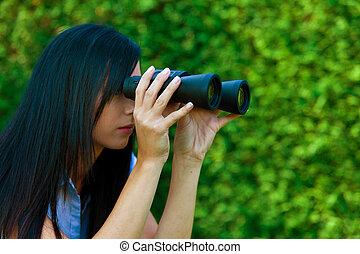 vrouw met verrekijkers, het zoeken, de toekomst