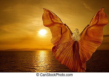 vrouw, met, vlinder, vleugels, vliegen, op, fantasie, zee, ondergaande zon , ontspanning, meditatie, concept