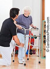 vrouw met walker, kijken naar, trainer