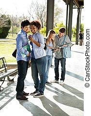 vrouw, mobilephone, universiteit universiteitsterrein, klasgenoot, het tonen
