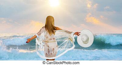 vrouw, modieus, wandelende, op het strand