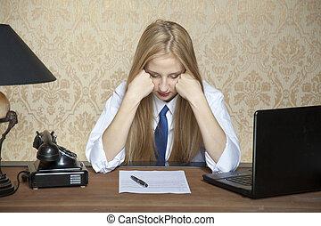 vrouw, moe, zakenkantoor, zittende