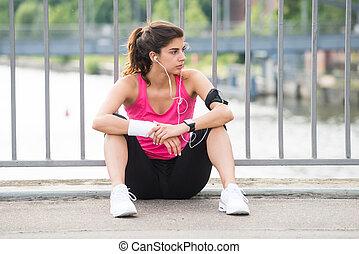 vrouw, muziek luisteren, overwogen, fitness