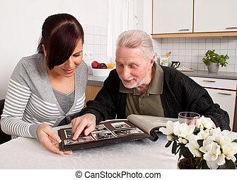 vrouw, naar kijkt, een, foto gedenkboek, met, ouwetjes