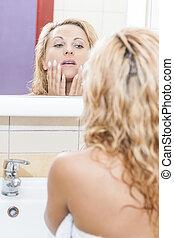 vrouw, nakomeling kijkend, blonde , spiegel, bathroom., kaukasisch