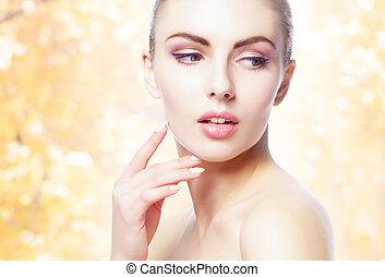 vrouw, natuurlijke , gezonde , op, gele, herfst, achtergrond., jonge, verticaal