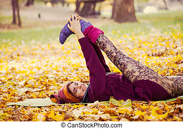 vrouw, oefening, stretching, in, herfst, park