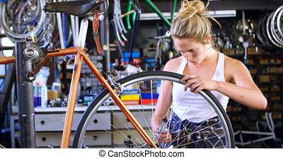 vrouw, oiling, fiets, op, workshop, 4k