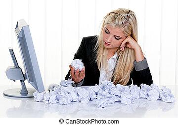 vrouw, omringde, door, verfrommeld papier