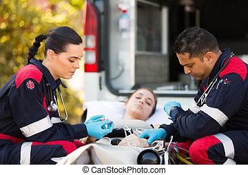 vrouw, onbewust, geven, paramedics, jonge, hulp, eerst