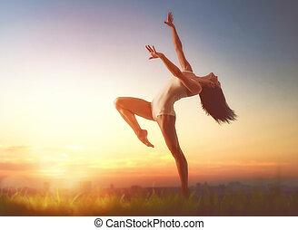vrouw, ondergaande zon , dancing