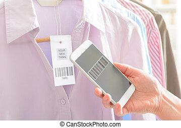 vrouw, onderzoeken nauwkeurig, streepjescode, met, mobiele telefoon