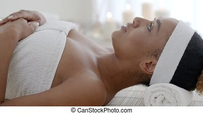vrouw ontspannend, in, spa, salon