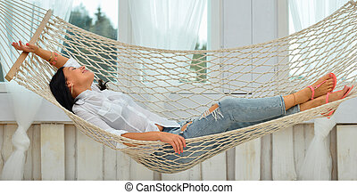 vrouw ontspannend, jonge, het glimlachen, thuis, hangmat, mooi