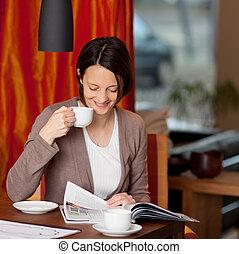 vrouw ontspannend, met, koffie, en, een, magazine