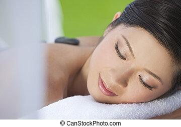 vrouw ontspannend, op, gezondheid spa, hebben, hete steen, behandeling, masseren