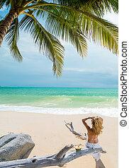 vrouw ontspannend, op het strand