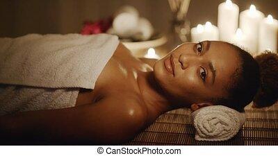 vrouw ontspannend, op, schoonheid spa