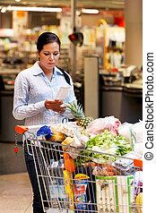 vrouw, ontvangstbewijs, gecontroleerde, op, de, supermarkt