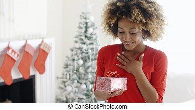 vrouw, onverwacht, jonge, cadeau, opgewekte