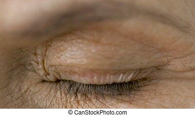 vrouw oog, op, het knipperen, afsluiten, senior