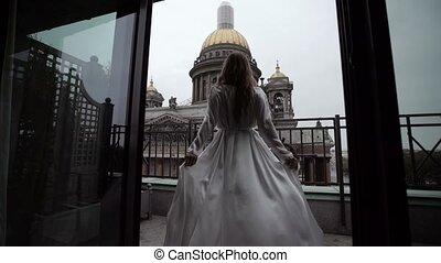 vrouw, op, balkon, in, witte kleding