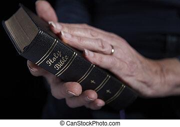vrouw, op, bijbel, vasthoudende sluit, senior