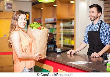 vrouw, op, checkout logenstrafen, in, een, grocery slaan op