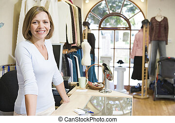 vrouw, op, de opslag van de kleding, het glimlachen