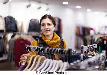 vrouw, op, de opslag van de kleding
