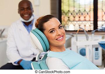 vrouw, op, de, tandarts werkkring, gereed, voor, onderzoek